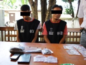 Para tersangka saat diamankan bersama barang bukti. (foto: Ist)