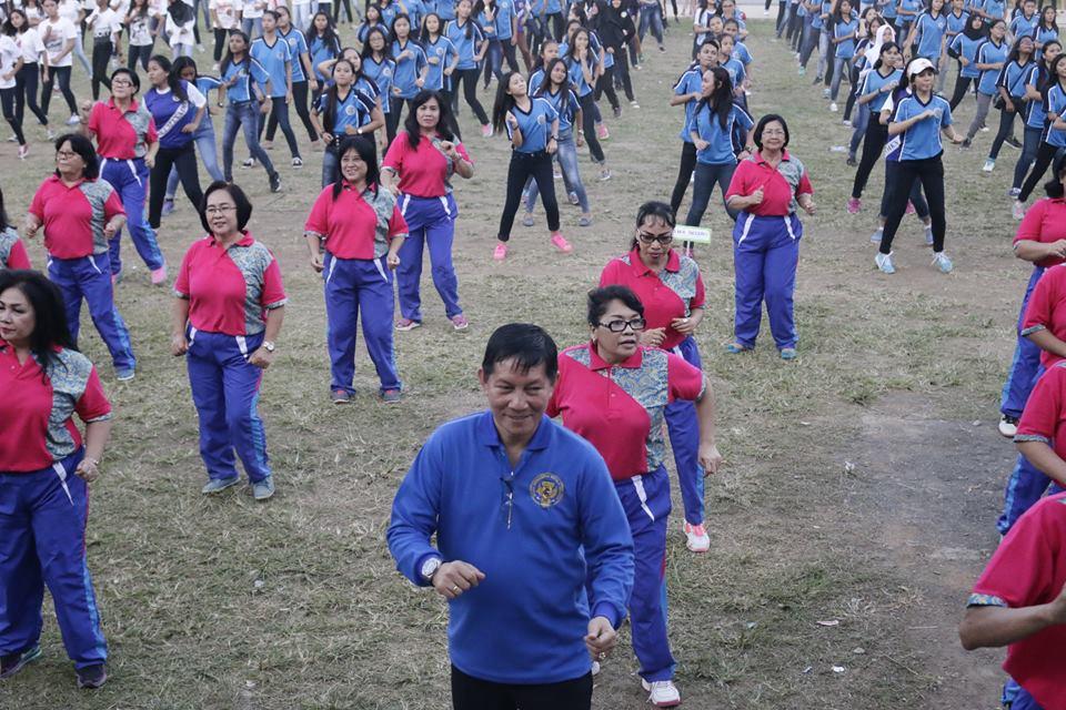 walikota GSVL saat bersama warga mengikuti gerakan poco-poco. (foto: humas pemkot manado)