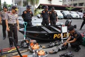 Kapolda Sulut, Irjen Pol Drs. Wilmar Marpaung, SH, didampingi Karo Sarpras, Kombes Pol Endang Syafruddin, memeriksa langsung peralatan SAR Sat Brimob Polda Sulut. (foto: Ist)