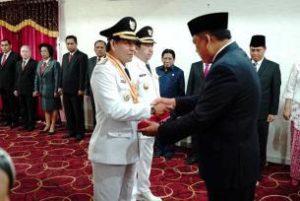 Gubernur Sulut saat menyerahkan SK Walikota pada DR Ir GS Vicky Lumentut