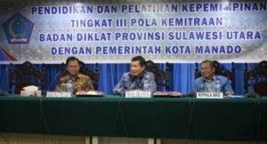 Walikota DR GS Vicky Lumentut, disaksikan Kepala Diklat Provinsi Sulut DR Noudy Tendean dan Kepala BKD Manado Drs Hans Tinangon