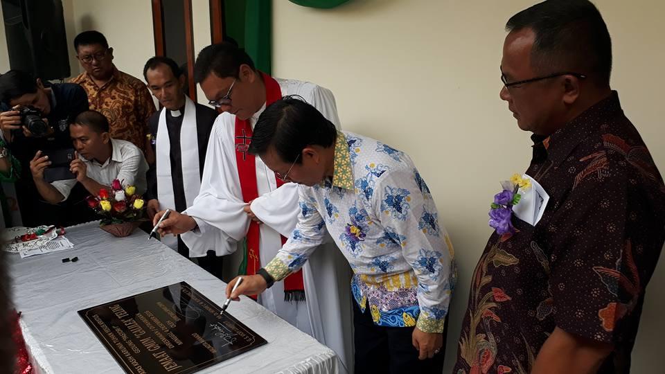 Walikota Manado DR G.S Vicky Lumentut melakukan peresmian gedung Pastori jemaat GMIM Galilea Teling Kecamatan Wanea. (foto: Ist)