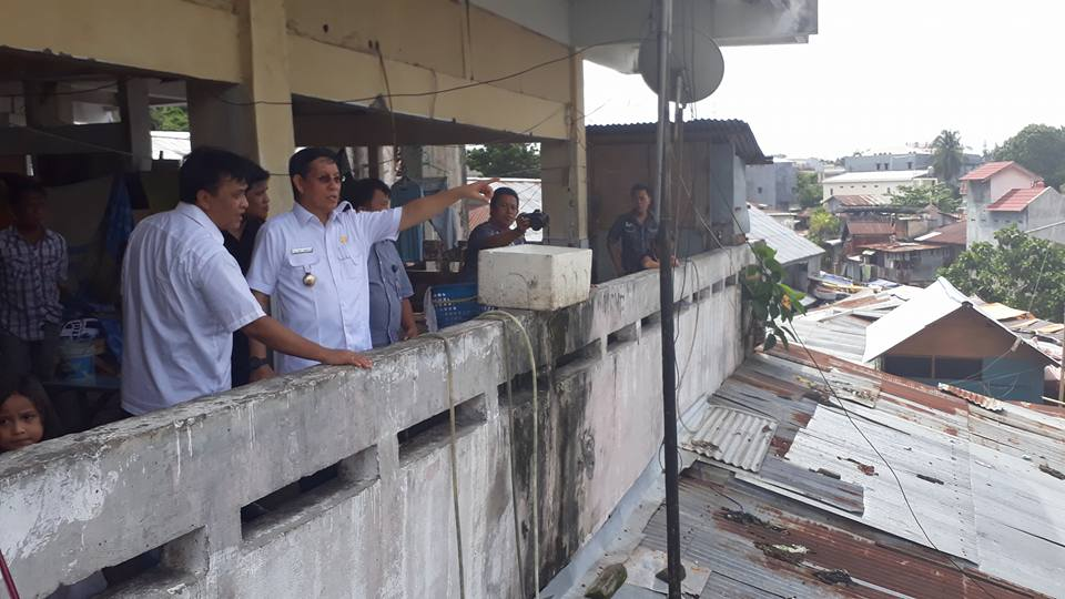 Walikota GSVL bersama Kepala Bappeda DR Peter KB Assa dan Koordinator Pasar Pinasungkulan Boy Mamuaja SE saat meninjau kondisi Pasar Pinasungkulan. (foto: Ist)