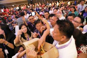 Gubernur Ketika Membagikan Coklat Kepada Para Peserta Sidang